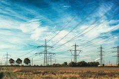 Ο ηλεκτρικός υψηλής τάσης ουρανός του Μανχάιμ δύναμης μετα καλύπτει πολλών μπλε λιβάδι στοκ εικόνα