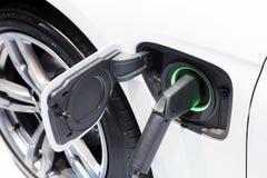 Ο ηλεκτρικός φορτιστής αυτοκινήτων σύνδεσε με την υποδοχή στοκ φωτογραφίες