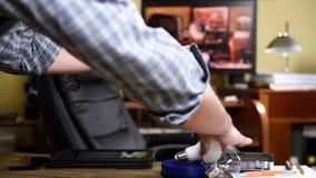 Ο ηλεκτρολόγος εγκαθιστά το βολβό των νέων οδηγήσεων εξοικονόμησης ενέργειας απόθεμα βίντεο
