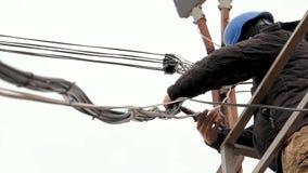 Ο ηλεκτρολόγος επισκευάζει τα υπαίθρια καλώδια φιλμ μικρού μήκους