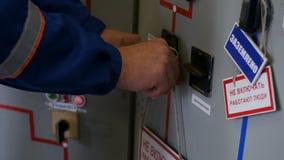 Ο ηλεκτρολόγος κλείνει το τηλέφωνο το προειδοποιητικό σημάδι στην πόρτα τηλεφωνικών κέντρων απόθεμα βίντεο