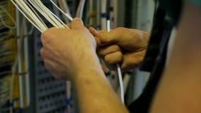 Ο ηλεκτρολόγος συνδέει τα ηλεκτρικά καλώδια στον υποσταθμό φιλμ μικρού μήκους