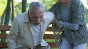 Ο ηληκιωμένος έχει τα προβλήματα σπονδυλικών στηλών, σπονδυλική κήλη, φροντίζοντας σύζυγος που υποστηρίζει τον, υγεία απόθεμα βίντεο
