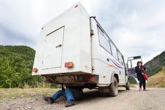 Ο ηληκιωμένος επισκευάζει το αυτοκίνητο, Γεωργία βόρειο ossetia ρωσικά βουνών ομοσπονδίας Καύκασου alania στοκ εικόνα