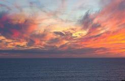Ο ηλιοφώτιστος ουρανός είναι στο χρόνο ηλιοβασιλέματος στοκ εικόνες με δικαίωμα ελεύθερης χρήσης