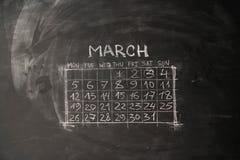 ο ημερολογιακός μήνας Μάρτιος είναι χρωματισμένος σε έναν πίνακα κιμωλίας στοκ εικόνα με δικαίωμα ελεύθερης χρήσης