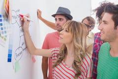 Ο δημιουργικός προσέχοντας συνάδελφος ομάδων προσθέτει στο διάγραμμα ροής στοκ φωτογραφία