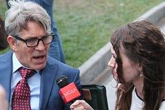 Ο δημοσιογράφος παίρνει να πάρει συνέντευξη από το δράστη Eric Ρόμπερτς Στοκ φωτογραφία με δικαίωμα ελεύθερης χρήσης