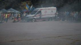Οδησσός, Ουκρανία - 15 Ιουλίου: Άσπρο αυτοκίνητο που παρασύρει στη φυλή θερινής κλίσης που κάνει τον καπνό απόθεμα βίντεο
