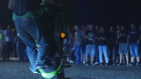 Οδησσός, Ουκρανία - 15 Ιουλίου: Ο οδηγός μοτοσικλετών έλεγξε τη μετατόπιση μοτοσικλετών του απόθεμα βίντεο