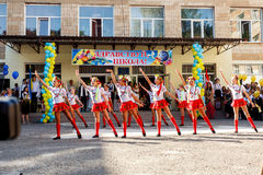 Οδησσός, Ουκρανία - 1 Σεπτεμβρίου 2015: Η σχολική γραμμή είναι schoolyard Η ημέρα γνώσης στην Ουκρανία, ομάδα σχολικού χορού Στοκ Εικόνα
