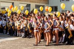 Οδησσός, Ουκρανία - 1 Σεπτεμβρίου 2015: Η σχολική γραμμή είναι schoolyard Η ημέρα γνώσης στην Ουκρανία, ομάδα σχολικού χορού Στοκ Φωτογραφία
