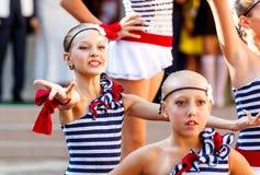 Οδησσός, Ουκρανία - 1 Σεπτεμβρίου 2015: Η σχολική γραμμή είναι schoolyard Η ημέρα γνώσης στην Ουκρανία, ομάδα σχολικού χορού Στοκ εικόνα με δικαίωμα ελεύθερης χρήσης