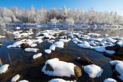 Ο ηφαιστειακός που καλύπτεται με το χιόνι στον ποταμό και τη μαλακή πάχνη Στοκ εικόνα με δικαίωμα ελεύθερης χρήσης
