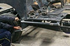 ο ηλεκτρικός εξοπλισμός τρυπανιών κατασκευαστικών σχεδίων βρίσκεται βίδες πριονιών σανίδων μολυβιών μέτρου δένει ξύλινο με ταινία Στοκ εικόνα με δικαίωμα ελεύθερης χρήσης