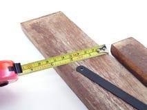 ο ηλεκτρικός εξοπλισμός τρυπανιών κατασκευαστικών σχεδίων βρίσκεται βίδες πριονιών σανίδων μολυβιών μέτρου δένει ξύλινο με ταινία Στοκ φωτογραφίες με δικαίωμα ελεύθερης χρήσης