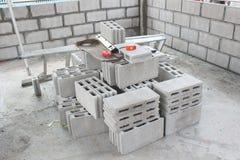 ο ηλεκτρικός εξοπλισμός τρυπανιών κατασκευαστικών σχεδίων βρίσκεται βίδες πριονιών σανίδων μολυβιών μέτρου δένει ξύλινο με ταινία Στοκ Εικόνες