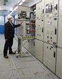 Ο ηλεκτρολόγος παρέχει κενό συνεχές ρεύμα Γ υψηλής τάσης συντήρησης το εσωτερικό Στοκ Φωτογραφίες