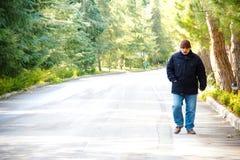 Ο ηληκιωμένος περπατά Στοκ Εικόνες