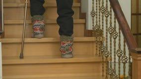 Ο ηληκιωμένος που φορά τις πλεκτές μπότες περπατά επάνω φιλμ μικρού μήκους