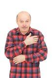 Ο ηλικιωμένος άνδρας είναι άρρωστος από τα κρύα ή την πνευμονία στοκ εικόνες