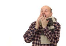 Ο ηλικιωμένος άνδρας είναι άρρωστος από τα κρύα ή την πνευμονία στοκ φωτογραφία