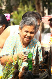 Ο ηλικιωμένος λούζοντας Βούδας στο φεστιβάλ της Ταϊλάνδης songkran Στοκ εικόνα με δικαίωμα ελεύθερης χρήσης