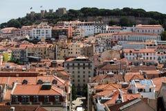 Ο ηλιόλουστος Jorge Castelo de Sao και κτήρια στη Λισσαβώνα Στοκ Εικόνες