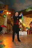 Ο θαυματοποιός μάγων Maestro παρουσιάζει στην εσωτερική σκηνή σχεδίου Στοκ εικόνα με δικαίωμα ελεύθερης χρήσης