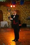 Ο θαυματοποιός μάγων Maestro παρουσιάζει στην εσωτερική σκηνή σχεδίου Στοκ φωτογραφία με δικαίωμα ελεύθερης χρήσης