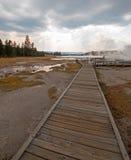 Ο θαλάσσιος περίπατος δίπλα στον μπλεγμένο κολπίσκο και το μαύρο πολεμιστή αναπηδά την οδήγηση στην καυτή λίμνη στο εθνικό πάρκο  Στοκ Εικόνα