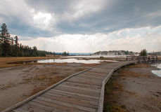 Ο θαλάσσιος περίπατος δίπλα στον μπλεγμένο κολπίσκο και το μαύρο πολεμιστή αναπηδά την οδήγηση στην καυτή λίμνη στο εθνικό πάρκο  Στοκ Φωτογραφίες