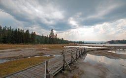 Ο θαλάσσιος περίπατος δίπλα στον μπλεγμένο κολπίσκο και το μαύρο πολεμιστή αναπηδά την οδήγηση στην καυτή λίμνη στο εθνικό πάρκο  Στοκ Εικόνες