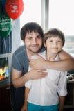 Ο θείος, ανηψιός αγκαλιάζει στις διακοπές στοκ εικόνες με δικαίωμα ελεύθερης χρήσης