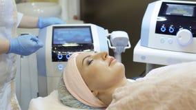 Ο θεράπων προετοιμάζεται στη διαδικασία τις τσάντες ματιών με την RF-ανύψωση των συσκευών απόθεμα βίντεο