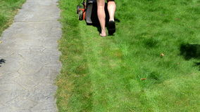 Ο θεριστής παπουτσιών σαγιονάρων σορτς κηπουρών έκοψε την πορεία πετρών χλόης απόθεμα βίντεο