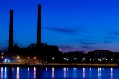 Ο θερμικός σταθμός παραγωγής ηλεκτρικού ρεύματος βραδιού στο ανάχωμα ποταμών Neva σε Άγιο Πετρούπολη, Ρωσία Στοκ Φωτογραφία