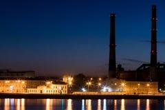 Ο θερμικός σταθμός παραγωγής ηλεκτρικού ρεύματος βραδιού στο ανάχωμα ποταμών Neva σε Άγιο Πετρούπολη, Ρωσία Στοκ Φωτογραφίες