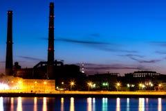 Ο θερμικός σταθμός παραγωγής ηλεκτρικού ρεύματος βραδιού στο ανάχωμα ποταμών Neva σε Άγιο Πετρούπολη, Ρωσία Στοκ εικόνες με δικαίωμα ελεύθερης χρήσης
