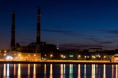 Ο θερμικός σταθμός παραγωγής ηλεκτρικού ρεύματος βραδιού στο ανάχωμα ποταμών Neva σε Άγιο Πετρούπολη, Ρωσία Στοκ εικόνα με δικαίωμα ελεύθερης χρήσης