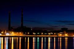 Ο θερμικός σταθμός παραγωγής ηλεκτρικού ρεύματος βραδιού στο ανάχωμα ποταμών Neva σε Άγιο Πετρούπολη, Ρωσία Στοκ Εικόνες