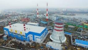 Ο θερμικός σταθμός παραγωγής ηλεκτρικού ρεύματος παράγει την ηλεκτρική ενέργεια στον ομιχλώδη καιρό φιλμ μικρού μήκους