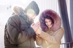 Ο θερμός χειμώνας οικογενειακών ζευγών κοριτσιών αγοριών χεριών παγετού χειμερινών ήλιων ντύνει την κουκούλα γυναικών ανδρών παγω στοκ φωτογραφία με δικαίωμα ελεύθερης χρήσης