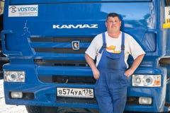 Ο θετικός οδηγός φορτηγού στέκεται κοντά στο φορτηγό του Στοκ Φωτογραφίες