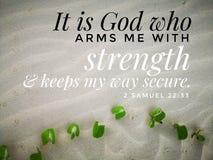 Ο Θεός μου δίνει τη δύναμη με το σχέδιο στίχων Βίβλων για το χριστιανισμό με το αμμώδες υπόβαθρο παραλιών στοκ φωτογραφίες
