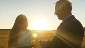 Ο θηλυκοί δικηγόρος και ο επιχειρηματίας συζητούν τη διαπραγμάτευση πώλησης εδάφους ο επιχειρηματίας και ο γραμματέας συζητούν τι απόθεμα βίντεο