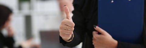 Ο θηλυκός βραχίονας παρουσιάζει ΕΝΤΆΞΕΙ ή επιβεβαιώνει κατά τη διάρκεια της διάσκεψης Στοκ εικόνα με δικαίωμα ελεύθερης χρήσης