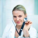 Ο θηλυκός γιατρός κρατά ένα μαύρο στηθοσκόπιο Στοκ Εικόνες