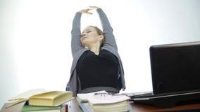 Ο θηλυκός δάσκαλος ελέγχει την εργασία στην τάξη μπροστά από το lap-top φιλμ μικρού μήκους