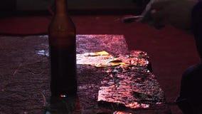 Ο θηλυκός διακοσμητής εφαρμόζει το φύλλο αλουμινίου με ένα ειδικό εργαλείο απόθεμα βίντεο
